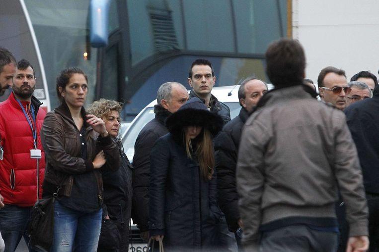 Nabestaande van de neergestorte reizigers verzamelen op de luchthaven van Barcelona.
