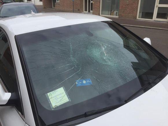 In de Hemelvaartsnacht verbrijzelde een onbekende met een baksteen de voorruit van de geparkeerde Audi van Bart Santy, in de Kermisstraat in Roeselare.
