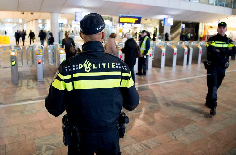 Politieagenten surveilleren op station Rotterdam Centraal. De kans op een aanslag in Nederland of op Nederlandse belangen in het buitenland blijft substantieel. Beeld ANP