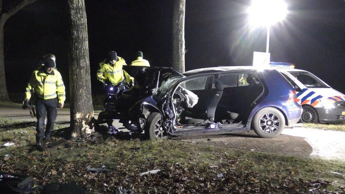 De auto raakte zwaar beschadigd na de crash tegen een boom in Kallenkote.