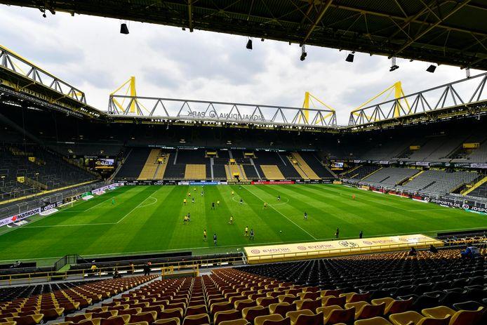 Lege tribunes bij Borussia Dortmund - Schalke 04.