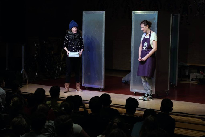 Hiernaast verbeeldde een theatergroep de social media ervaringen op het podium.