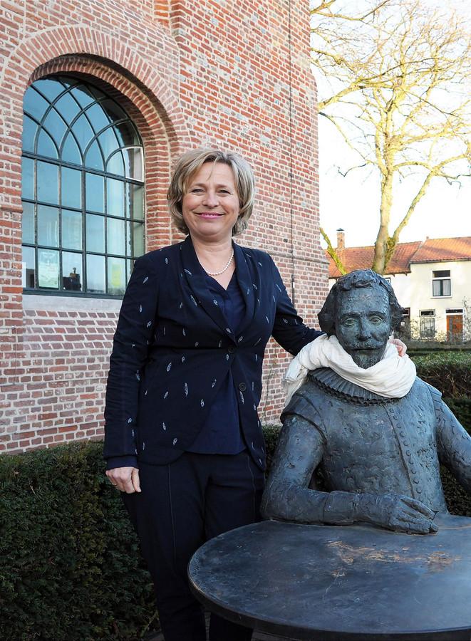 """Annemiek Jetten op de Markt in Groede: ,,Ik heb goede herinneringen aan deze plek. Hier logeerde ik al een keer, lang voordat ik burgemeester werd."""""""