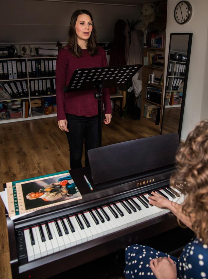 Journalist Judie Jaspers ervaart zingen als kwetsbaar en intiem.