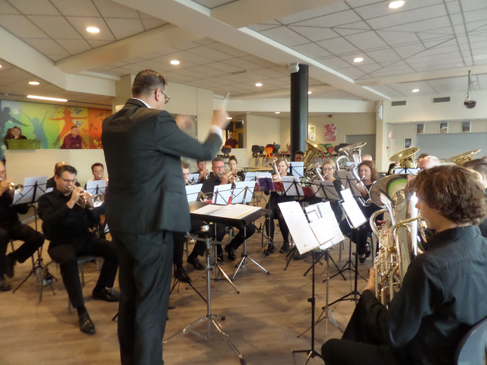 Brassband Kunst en Vriendschap uit Meeuwen bezig met inspelen.