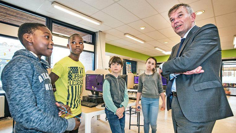 Herman Bolhaar in gesprek met leerlingen van basisschool De Morgenster in Amsterdam. Beeld null