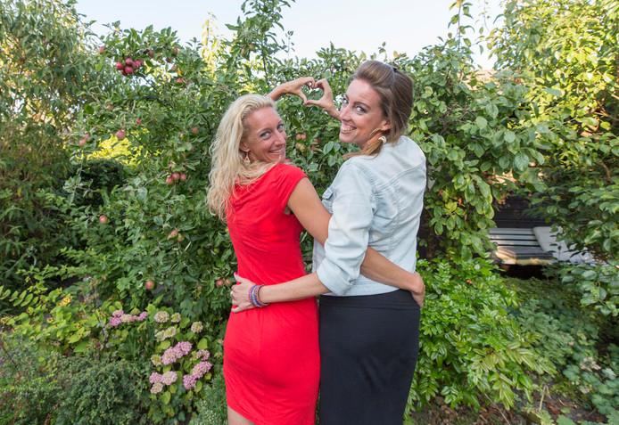Liesbeth Valk (links) en Elze Hendriks zijn vriendinnen voor het leven.