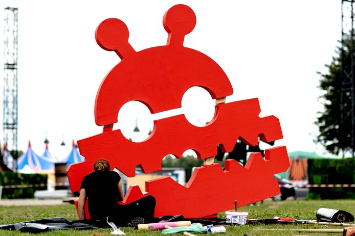 Bouwers zijn druk in de weer met de voorbereidingen voor het driedaagse muziekfestival Lowlands op het festivalterrein van Walibi Holland in Biddinghuizen (2018). Tot september kunnen zij door de coronamaatregelen dit werk niet doen.