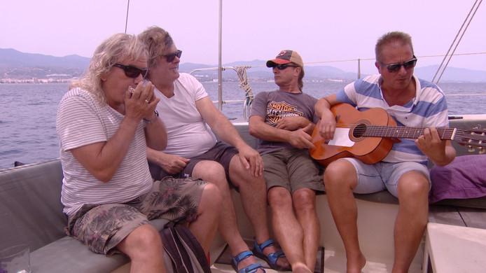Beeld uit de documentaire 'This is it, 35 jaar blues van Zeeuwse bodem': The Juke Joints ontspannen op zee tijdens hun bezoek aan Estepona (Spanje).
