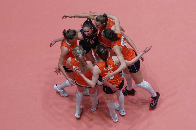 Vreugde bij de Nederlandse volleybalvrouwen tijdens het olympisch kwalificatietoernooi.