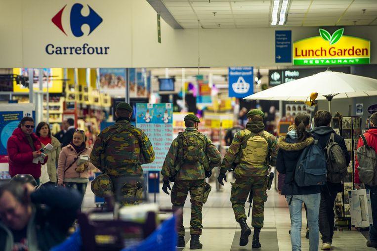 Militairen in een supermarkt in Brussel. Beeld belga