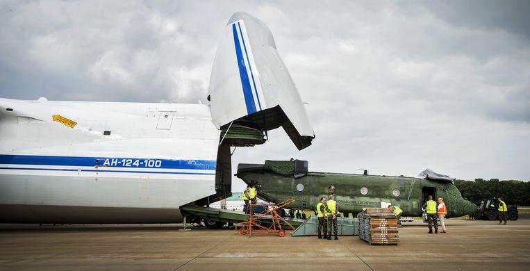 Een Chinook transporthelikopter van de Nederlandse Luchtmacht, op vliegbasis Gilze Rijen, wordt ingeladen in een Antonov 124-transportvliegtuig voor een vlucht naar Mali. Drie Chinooks worden ingezet voor de VN-vredesmissie in het West-Afrikaanse land. Beeld anp