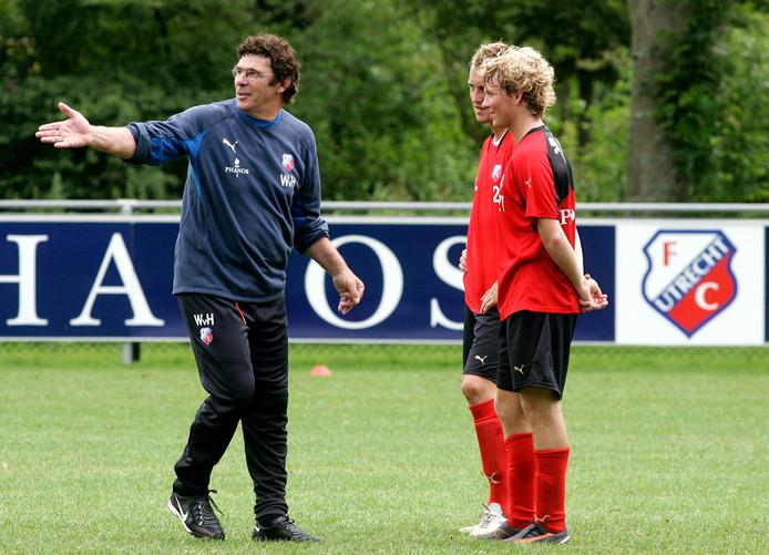 Rick Kruys luistert aandachtig naar Willem van Hanegem, tijdens zijn eerste training bij FC Utrecht in 2007.