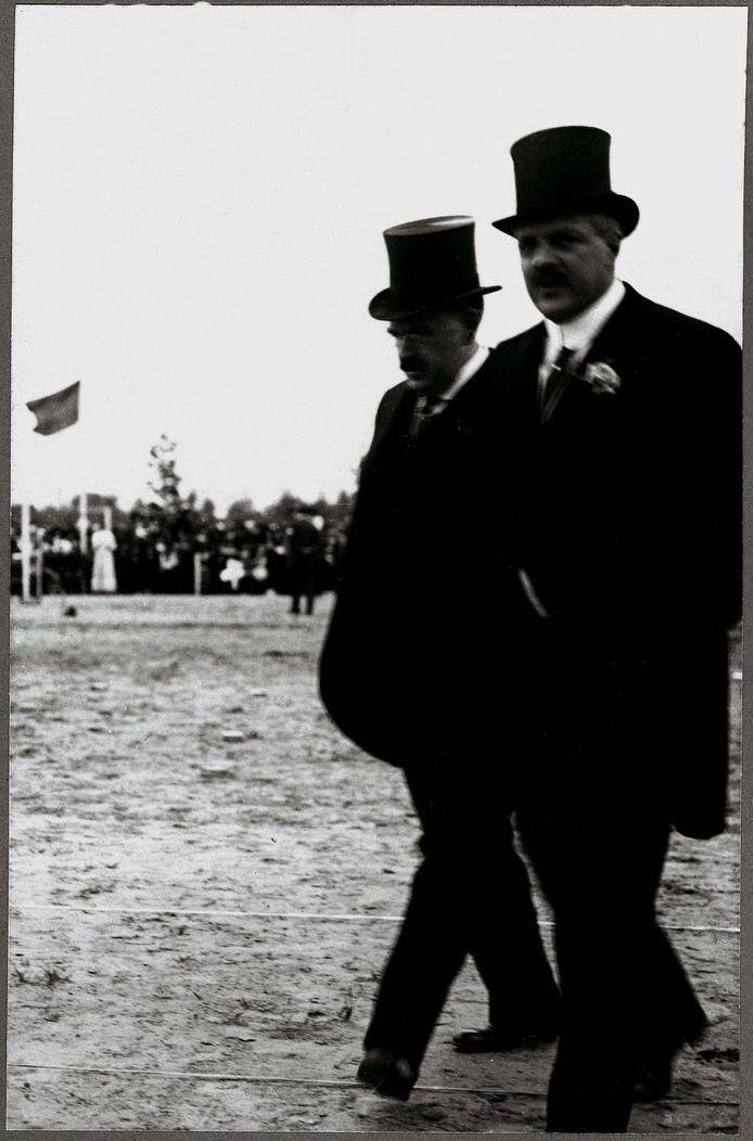 Anton en Gerard Philips ruim een eeuw geleden op het sportterrein aan de Frederiklaan.