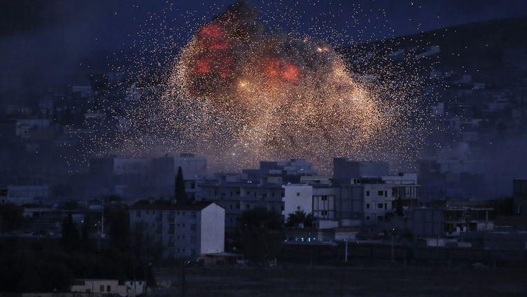 Vlammen boven Kobani na een luchtaanval op strijders van IS. Beeld ap