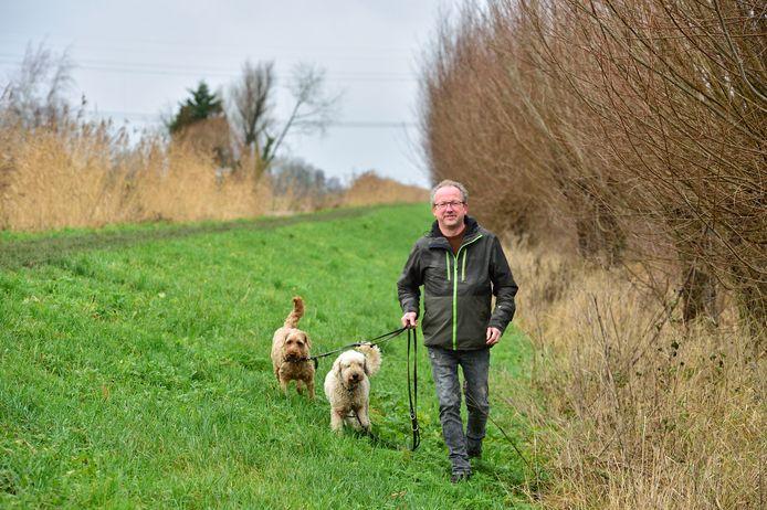 Ronald van Vliet, oprichter van TalentTwist, een detacheringsbureau voor autisten, aan de wandel met zijn honden.