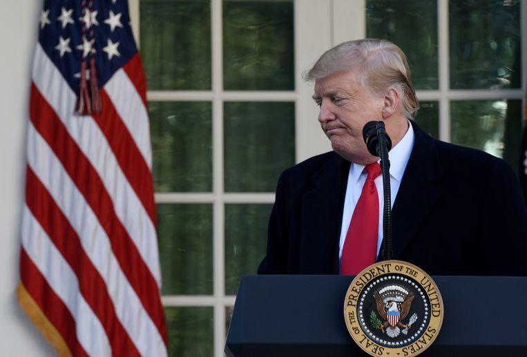 President Donald Trump verlaat het podium nadat hij bekend heeft gemaakt dat de overheidsdiensten voorlopig open gaan. Beeld EPA