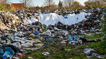 Gigantisch stort doorn in het oog van inwoners: liefst meer dan 600 ton aan vodden en oude kleding tussen het groen