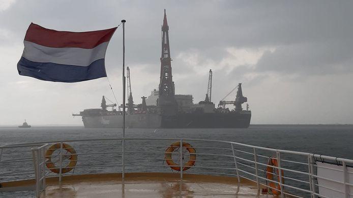 De Pioneering Spirit vanaf de Westerschelde.