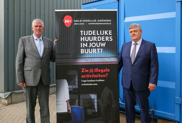 De burgemeesters Baars van Ermelo (l) en Lambooij van Putten bij de start van de campagne.