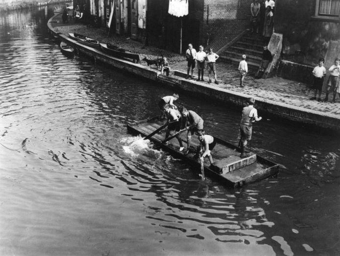Vlotje varen op de Oudegracht in 1936.