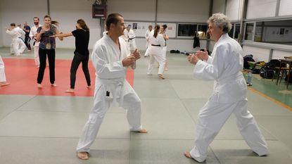 Schepen van Sport traint mee met gevechtssportclub Kyosaku