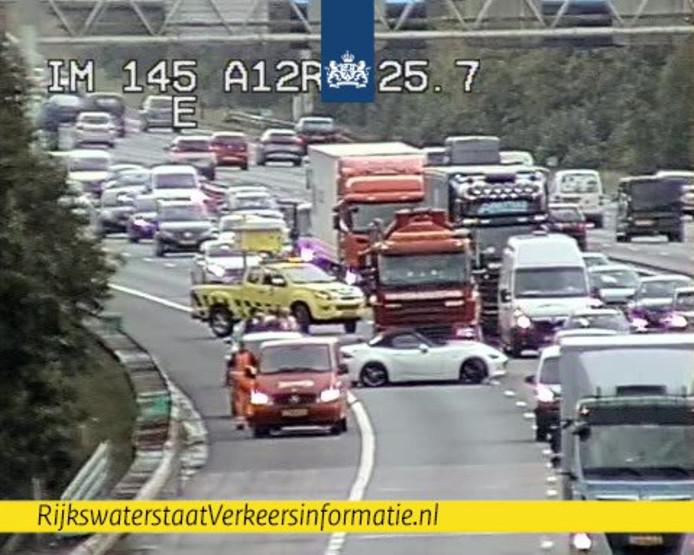 Een witte sportwagen veroorzaakt file op de A12.