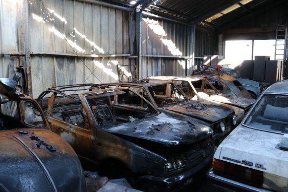 De wagens in de garage van Wesley die niet gered konden worden.