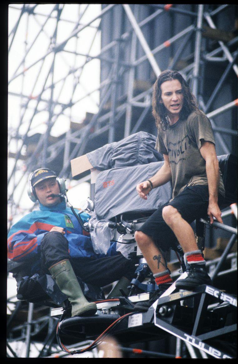 Eddie Vedder voor zijn sprong. Beeld Getty
