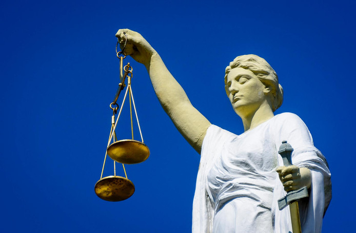 Volgens het OM leverde Carla T. toen zij bij Slachtofferhulp werkte dossiers aan de advocaten