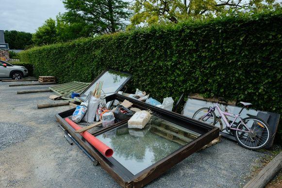Deze hoop afval werd in de nacht van maandag op dinsdag op de parking van café De Plekpot in Kapelle-op-den-Bos gedropt.