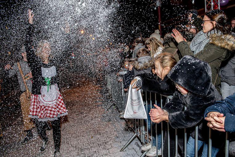 Dankzij de pakken confetti leek het nu en dan alsof het sneeuwde in Ardooie.