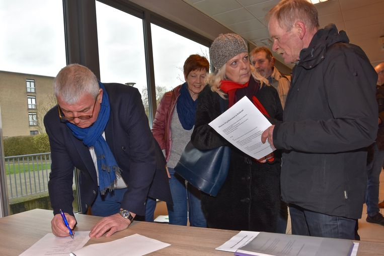 Burgemeester Eddy Lust tekende de petitie ook