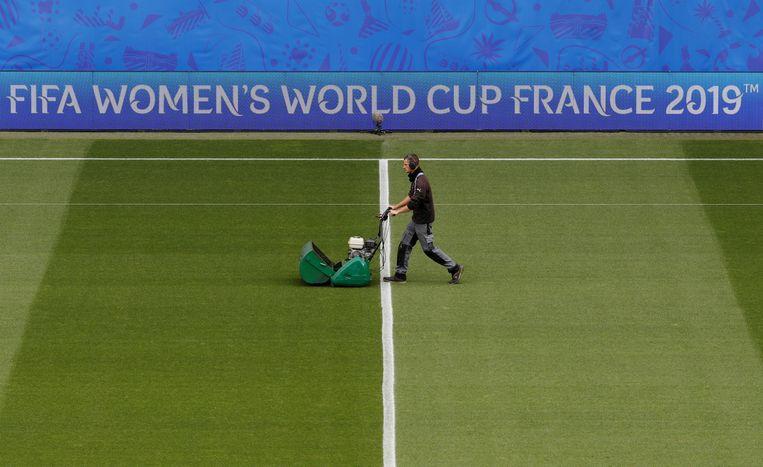 Vanmiddag spelen de vrouwenvoetbalteams van China  en Duitsland tegen elkaar tijdens het wereldkampioenschap in Frankrijk. In het stadion van Rennes werden daarvoor de laatste voorbereidingen getroffen.  Beeld REUTERS