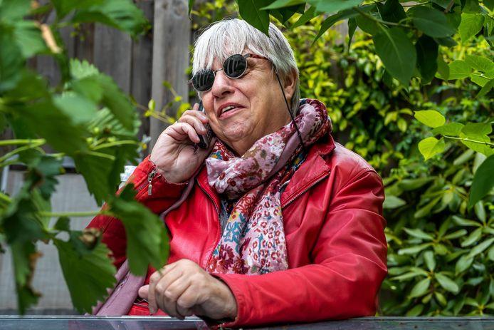 Kitty is vrijwilligster bij de Luisterlijn in Utrecht, een telefoonlijn voor mensen die om een praatje verlegen zitten.