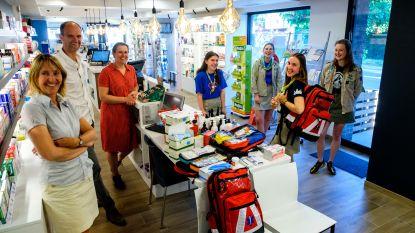 Kontichse apothekers schenken EHBO-rugzakken aan jeugdbewegingen voor hun zomerkampen