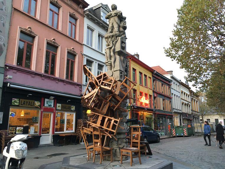 Een stapel stoelen tegen de Totem bij Sint-Jacobs.