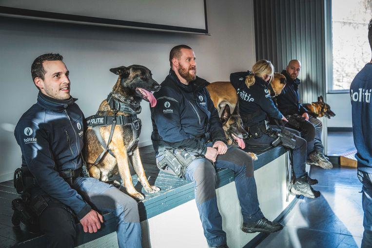De politiehonden zijn klaar voor hun pensioen, de baasjes blijven nog even.
