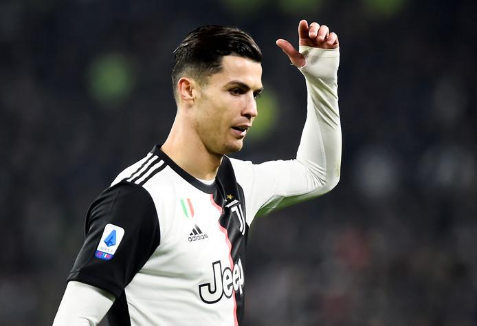 Cristiano Ronaldo is het niet eens met zijn wissel.