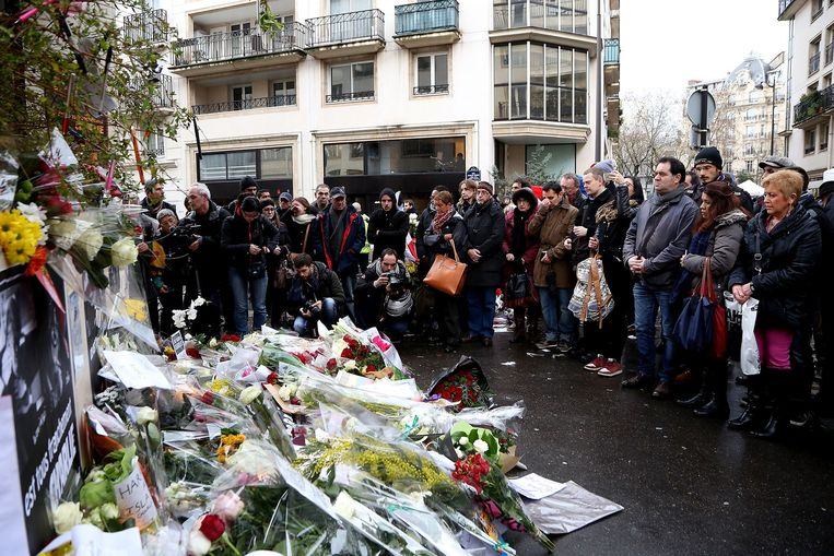 Een bloemenzee bij het kantoor van tijdschrift Charlie Hebdo in Parijs. Beeld getty