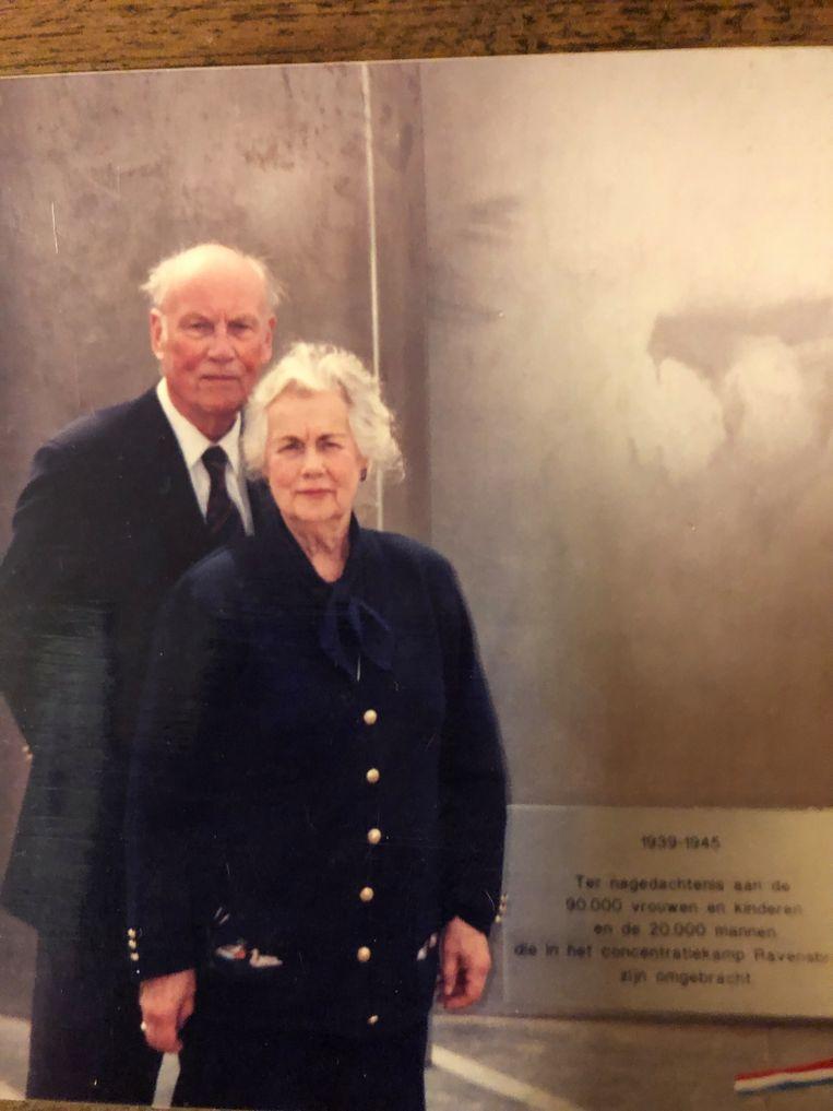 Bram met zijn Ann bij het Ravensbrück-monument Beeld -