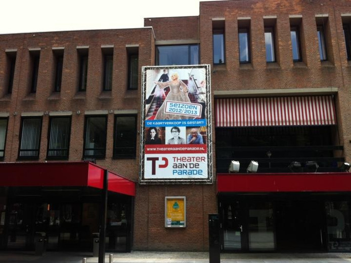 Op het dak van het Theater aan de Parade is asbest gevonden. Dit wordt volgende week verwijderd. foto Robèrt van Lith/BD