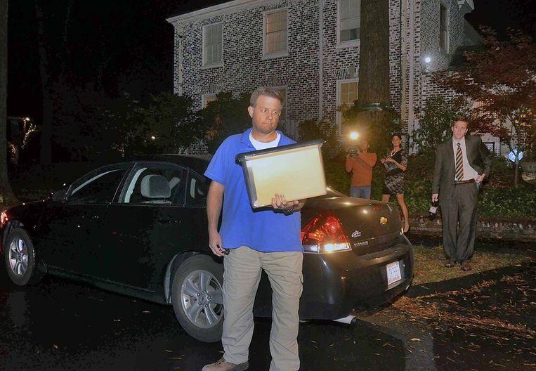 Media verdringen zich maandagavond voor het huis van Paula Broadwell in Charlotte, North Carolina. Beeld ap