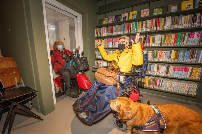 Marjanne Orbons (rechts) en Gerda de Wolf kunnen met hun rolstoelen en scootmobiel niet in de lift bij de nieuwe bibliotheek in Alphen aan den Rijn