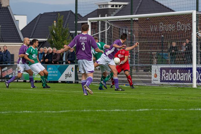 Bruse Boys (paarse shirts) bezorgde Nieuwenhoorn de eerste nederlaag.