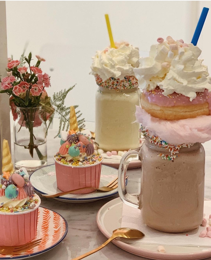 Freakshakes bij Frenchie Café. De zaak opent in juli in de Orthenstraat.