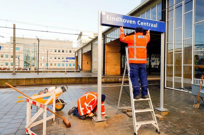 De eerste borden met Eindhoven Centraal werden maandag geplaatst