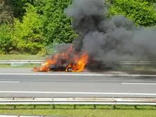 Mercedes-Benz vliegt in brand op A1 bij Holten