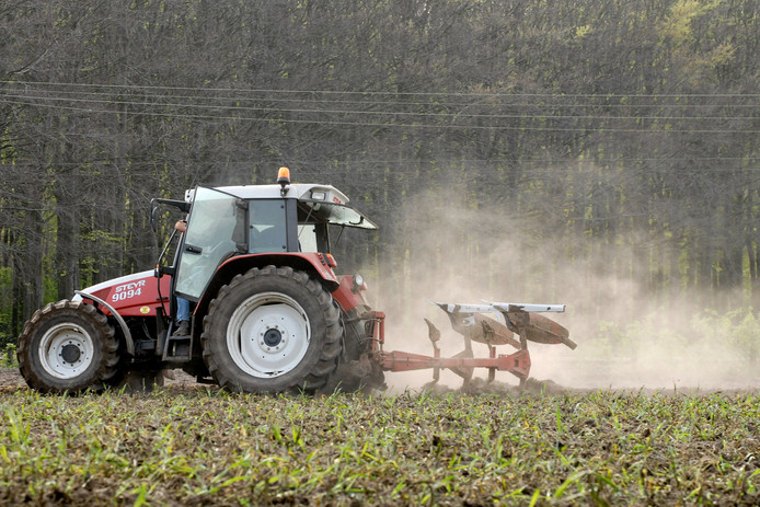 Ploegende boer op Landgoed Biljoen in Velp.
