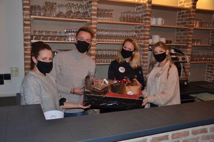 Laurence, Jeroen, Lise en Farah bieden samen een Local Dinnerbox aan.
